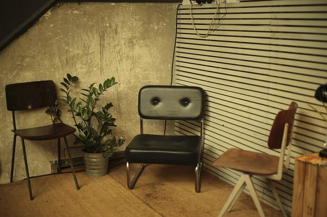 Chaises dans une petite pièce