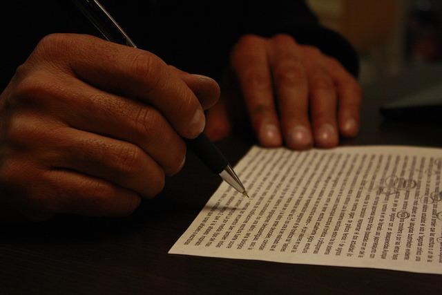 Client signant contrat achat immobilier