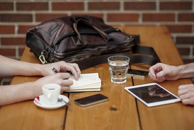 2 personnes discutant à un bureau
