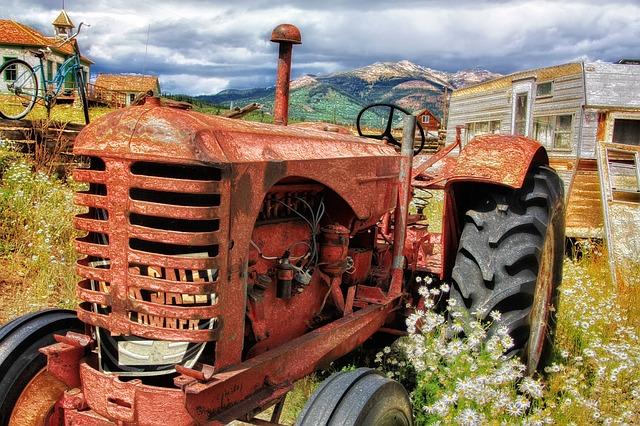 Tracteur abandonné dans une campagne