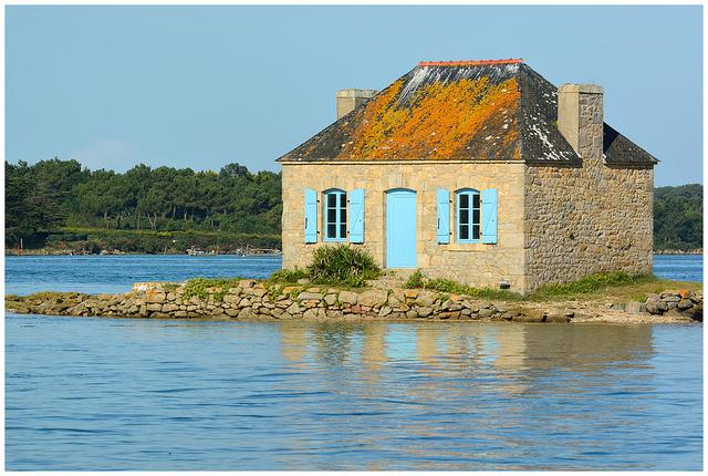 Maison abandonnée milieu d'un lac
